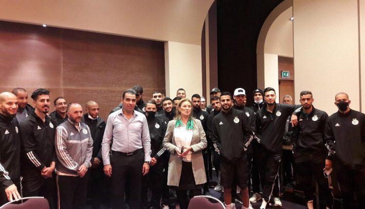 صورة رئيسة جمعية الصداقة الجزائري – الهولندية تزور الخضر بمقر إقامتهم